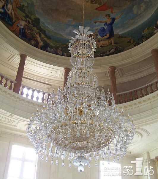 它华丽,高贵,但是水晶吊灯的这种华丽之风不同于欧式吊灯的那种奢华之