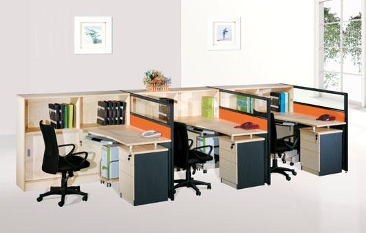如果是休闲自由风格的办公装修则建议选用全透明的玻璃办公卡位,相互