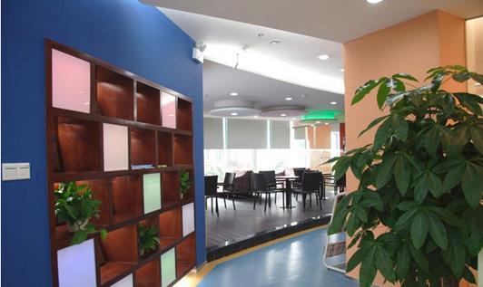 这是该英语培训学校办公室装修中过道的效果图,蓝色的地坪与蓝色的内