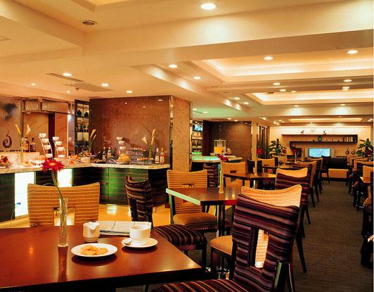 广州餐厅设计主要份两类中式餐厅与西式餐厅,两种餐厅设计的风格各不相同,设计的特征也不一样等等。西餐厅设计的风格与它的国家的民族习俗有关,注重用餐气氛的营造,而中式餐厅设计则较着重于表现传统的中式文化,有很多象征吉祥的元素。  广州餐厅设计中式餐厅装修效果图 我们先来看一下中式广州餐厅设计的实际案例,设计应用了篆刻与书法的设计元素,以此来表现对传统文化的钟情。经典的中式风格对称特征在圈椅的摆放上全部表现出来了,中式餐厅文化博大精深。它的多元化的颜色并不是在于表达高调的绚烂气氛,而是传承了广州餐厅设计的严谨细
