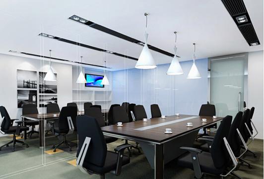 能源公司属于科技行业,它的办公室设计需要更多的现代科技元素,来强化能源科技行业的专业性,赢得更多客户的信赖与认可。对于能源科技公司办公室设计大多是采用现代简约风格,因为简单实用,而且办公室设计的费用也是相对实惠一点,这也是他们不得不考虑的重要因素。就像以下的实际案例那样,现代而简约。  能源公司办公室设计办公区效果图 我们看到它的办公区的设计,就能够感受到办公室设计的简约性带来的作用,整齐划一的室内装饰,用来渲染高效办公的气氛。复合地板的出现表现了简约现代的设计核心,设计师用最简单的办公室设计手法来表现与