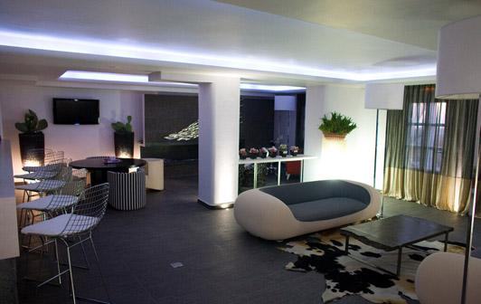 我们可以在轻松休闲风格的办公室设计中,看到休闲自然的设计顺应时尚潮流,渲染轻松的气息,加上精巧绝妙的室内布置,提升了企业的?#25918;?#24418;象。休闲风格办公室设计这种现代社会的主流设计,满足了我们办公和精神上的高级需求。  轻松休闲办公室设计01案例 轻松休闲风格的办公室设计除了注重形象的提升之外,还十分注重办公空间的功能的全面性设计和完善,方便工作是它的设计理念,同时可以满足企业员工的精神需求,减缓他们的压力,促发他们的工作灵感,这就是休闲办公室设计独天特厚的优势。