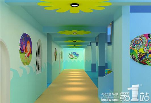 幼儿园如何设计才最完美,有的幼儿园设计着重于活动区域和接待区的设计,对于走廊的设计,很多设计师都是粗略带过,一个专业的幼儿园设计,应该把整个空间作出精心的设计,这样才能表达出比幼儿园的整体设计效果。下面我们欣赏一下,很有爱的幼儿园走廊设计。  设计师在对幼儿园的走廊设计中,采用了温馨的暖色系设计,暖色系有利于幼儿的成长,设计师对走廊的设计以浅蓝色为主,以大海的颜色为设计主题,那么在设计的思路上,运用海洋的设计特点,在走廊的两面墙体设计出海浪造型的设计,如置身于沙滩中,感受着海浪的冲击,设计师在天花的造型设